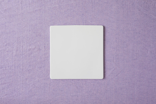 紫の布と白い皿の写真素材 [FYI01604481]