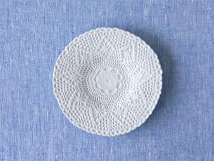 青い布と白い皿の写真素材 [FYI01604484]