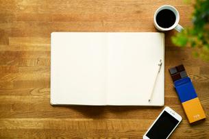 テーブルに置かれたノートとコーヒーの写真素材 [FYI01604504]
