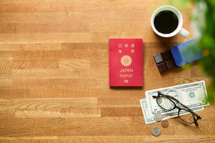 テーブルに置かれたパスポートとコーヒーの写真素材 [FYI01604528]