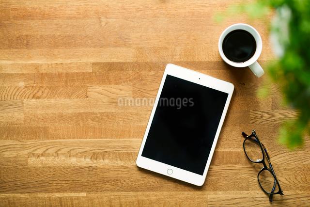 テーブルに置かれたコーヒーとタブレットPCの写真素材 [FYI01604536]