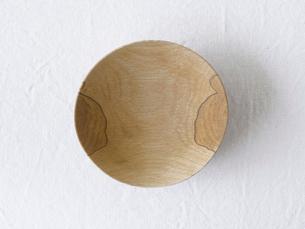 白い麻の布と木の皿の写真素材 [FYI01604544]