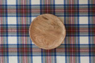 チェックの布と木の皿の写真素材 [FYI01604551]