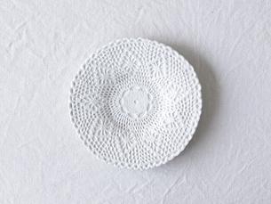 白い麻の布と白い皿の写真素材 [FYI01604557]
