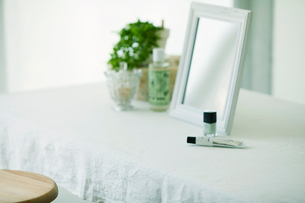 鏡と机と化粧品の写真素材 [FYI01604561]