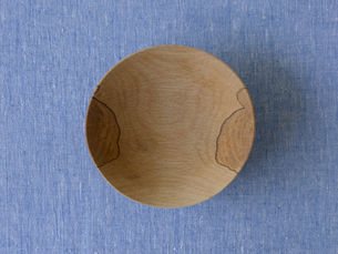 青い布と木の皿の写真素材 [FYI01604583]