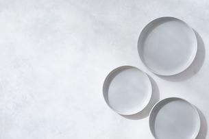 白とグレーで塗装された背景とグレーの皿の写真素材 [FYI01604585]