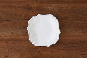 木のテーブルと白い皿の写真素材 [FYI01604594]