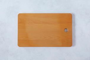 白とグレーで塗装された背景とカッティングボードの写真素材 [FYI01604635]