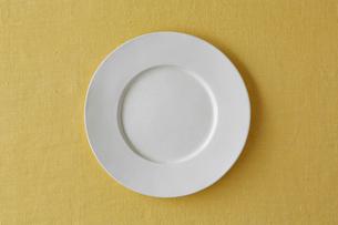 黄色の麻の布と白い皿の写真素材 [FYI01604648]
