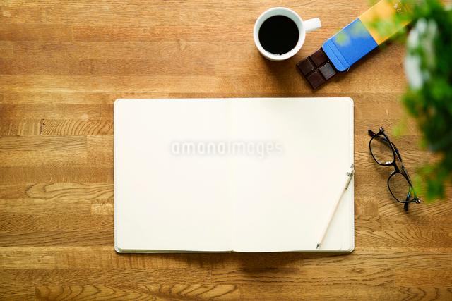 テーブルに置かれたノートとコーヒーの写真素材 [FYI01604657]