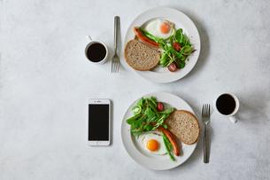 朝食とコーヒーとスマートフォンの写真素材 [FYI01604667]