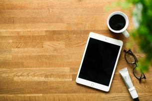 テーブルに置かれたコーヒーとタブレットPCの写真素材 [FYI01604680]