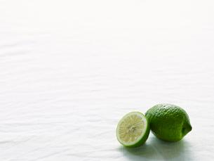 青いレモンの写真素材 [FYI01604693]