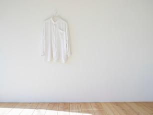 壁にかかった白いシャツの写真素材 [FYI01604717]