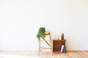 木の床と白い壁とワイン箱と脚立の写真素材 [FYI01604733]