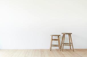 スツールと白い壁と木の床の写真素材 [FYI01604749]
