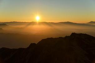 ご来光を見る登山者の写真素材 [FYI01604762]