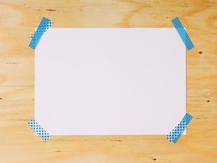 木の板と紙とマスキングテープの写真素材 [FYI01604784]