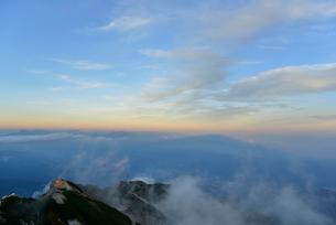 山の影と空の写真素材 [FYI01604792]