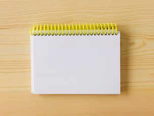 メモ帳と机の写真素材 [FYI01604803]