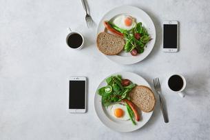 朝食とコーヒーとスマートフォンの写真素材 [FYI01604807]