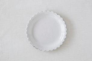 白い布と白い皿の写真素材 [FYI01604817]