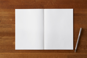 木の机と開いた白い無地のノートと万年筆の写真素材 [FYI01604839]