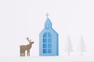 教会ともみの木とトナカイの写真素材 [FYI01604840]