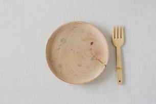 白い布と木の皿とフォークの写真素材 [FYI01604844]