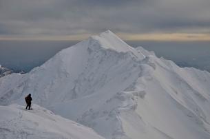 大山の頂上を見る登山者の写真素材 [FYI01604858]