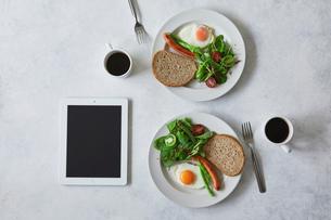 朝食とコーヒーとタブレットPCの写真素材 [FYI01604860]