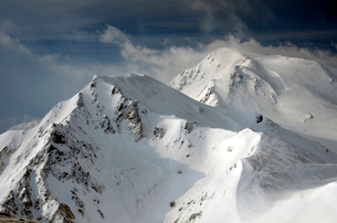 雪の杓子岳と鑓ヶ岳の写真素材 [FYI01604875]