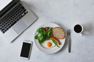 朝食とコーヒーとスマートフォンとノートパソコンの写真素材 [FYI01604883]