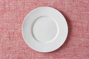 赤い布と白い皿の写真素材 [FYI01604894]