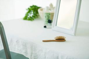 鏡と机と化粧品の写真素材 [FYI01604896]