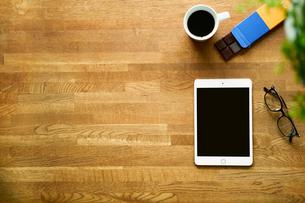 テーブルに置かれたタブレットPCとコーヒーの写真素材 [FYI01604907]