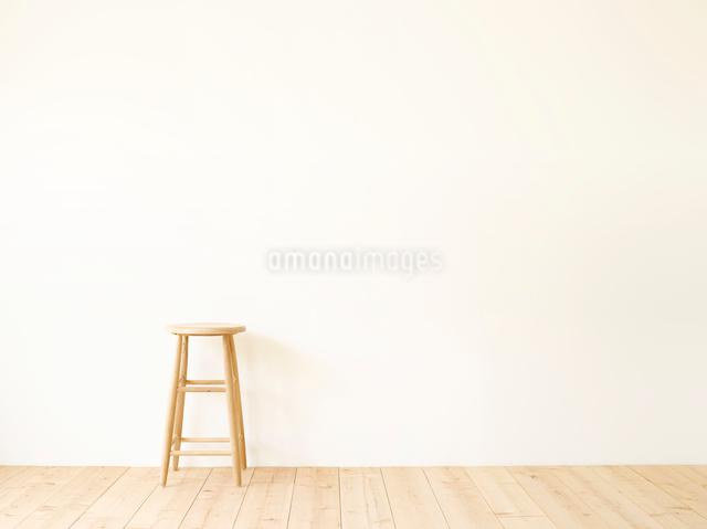 スツールと白い壁と木の床の写真素材 [FYI01604910]