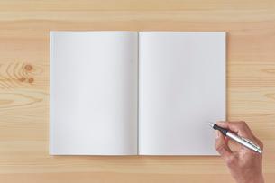 木の机とノートとペンの写真素材 [FYI01604929]