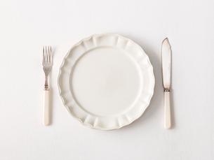 白い皿とナイフとフォークの写真素材 [FYI01604947]