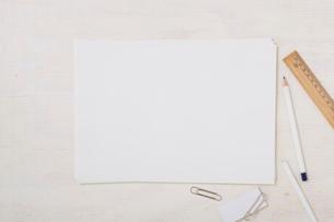 ノートと机とペンの写真素材 [FYI01604958]
