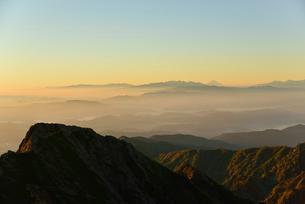 霞がかかる山並みの写真素材 [FYI01604985]