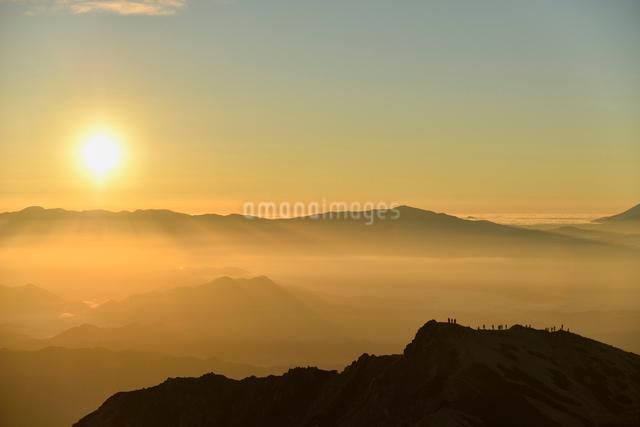 ご来光を見る登山者の写真素材 [FYI01604992]