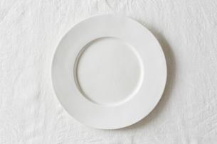 白の麻の布と白い皿の写真素材 [FYI01605004]