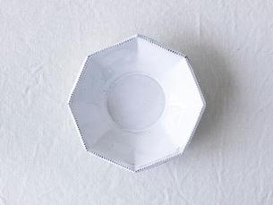 白い麻の布と白い皿の写真素材 [FYI01605009]