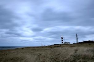 灯台と流れる雲の写真素材 [FYI01605018]