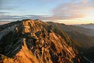 朝日に染まる山の写真素材 [FYI01605025]