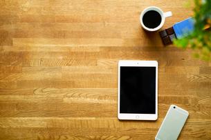 テーブルに置かれたタブレットPCとコーヒーの写真素材 [FYI01605031]