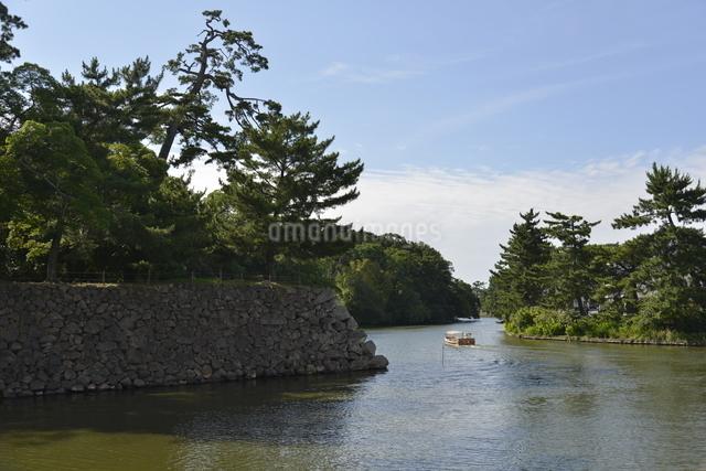 松江城 のお堀と遊覧船の写真素材 [FYI01605037]