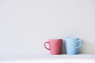 水色とピンクのマグカップの写真素材 [FYI01605043]